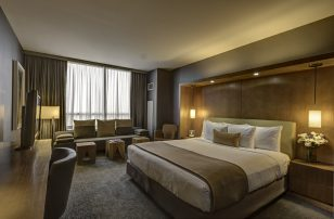 Deluxe King Guestroom | Loews Chicago O'Hare Hotel